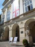 グルジア国旗を掲げるリボフ市庁舎.jpg
